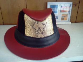 chapeau de cuir rouge